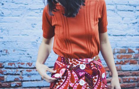 Falda roja con botones blancos